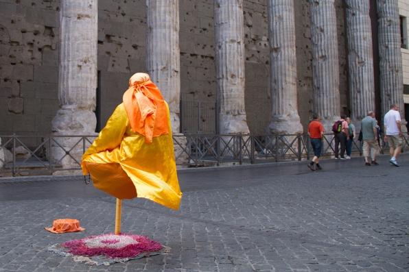 massimo-dalla-potenza-del-colonnato-del-tempio-di-adriano-alla-levitazione-di-un-fachiro-della-roma-di-oggi