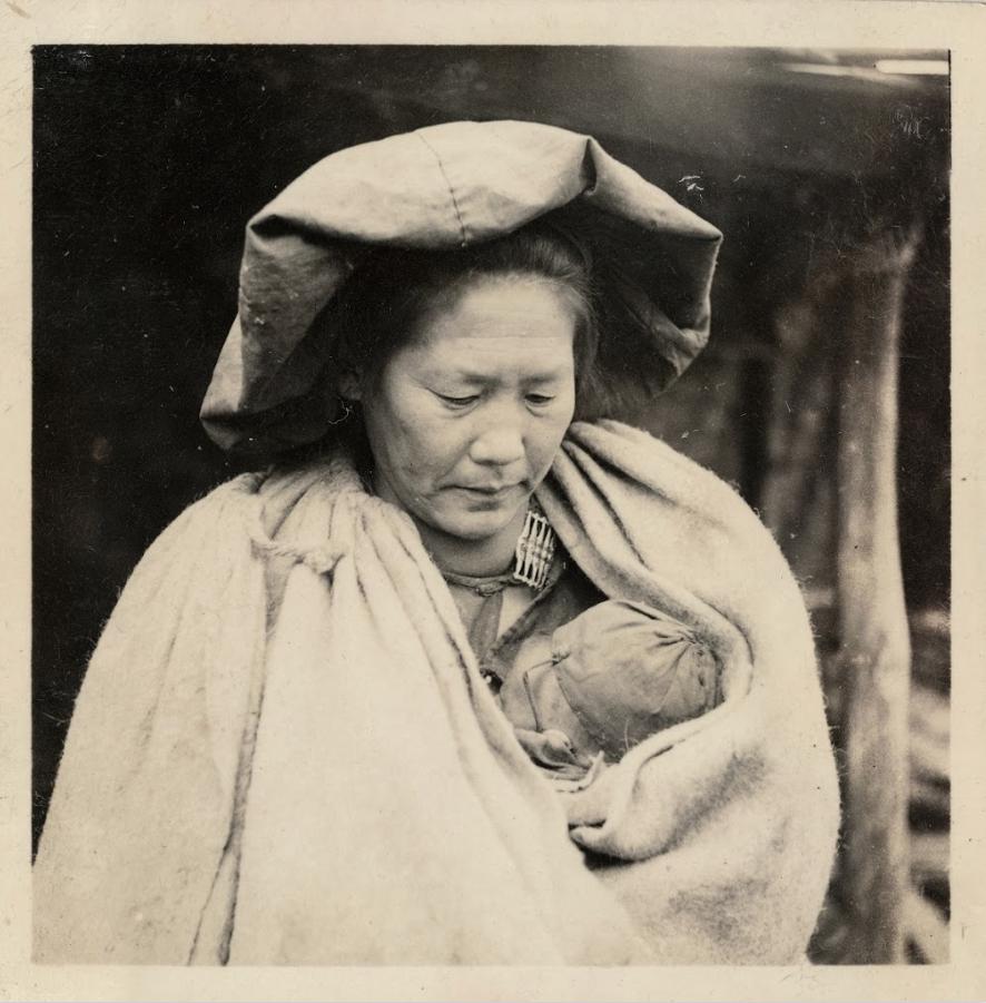 Donna con bambino di etnia Yi