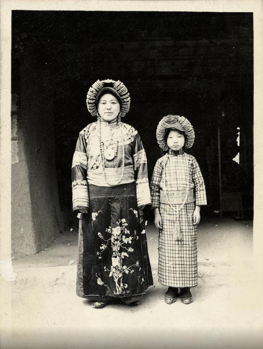 Madre e figlia nel villaggio di Baqinao