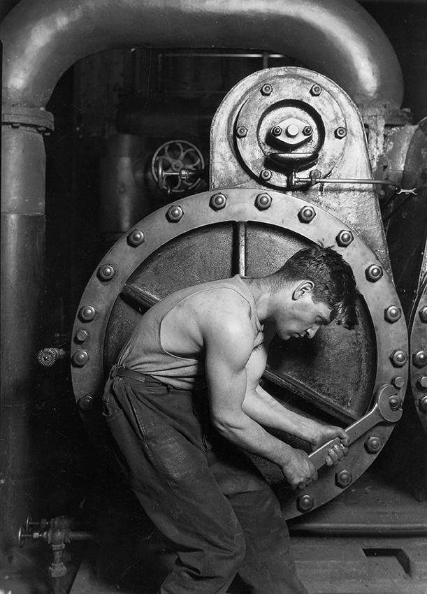 1.1.L. Hine Meccanico addetto ad una pompa (1920)