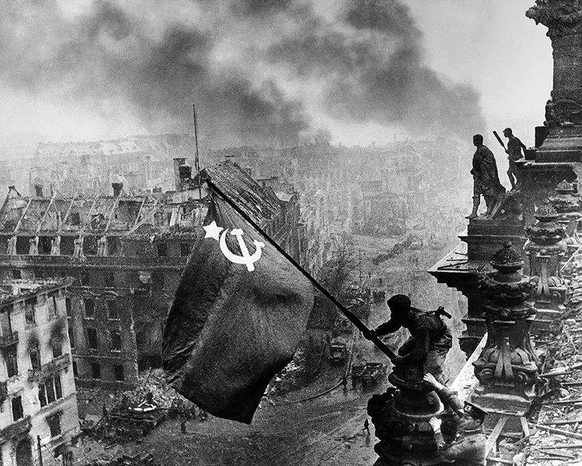 5a.Evgenij Chaldej Soldati dell'Armata Rossa issano la bandiera sovietica sul Reichstag a Berlino 1945