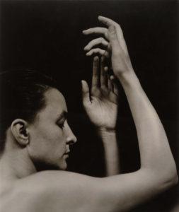 Gergio-OKeeffe-ritratta-da-Alfred-Stieglitz-mezzo-busto-e-mani-253x300
